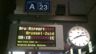 Trein richting Brussel met uitzicht op de luchthaven